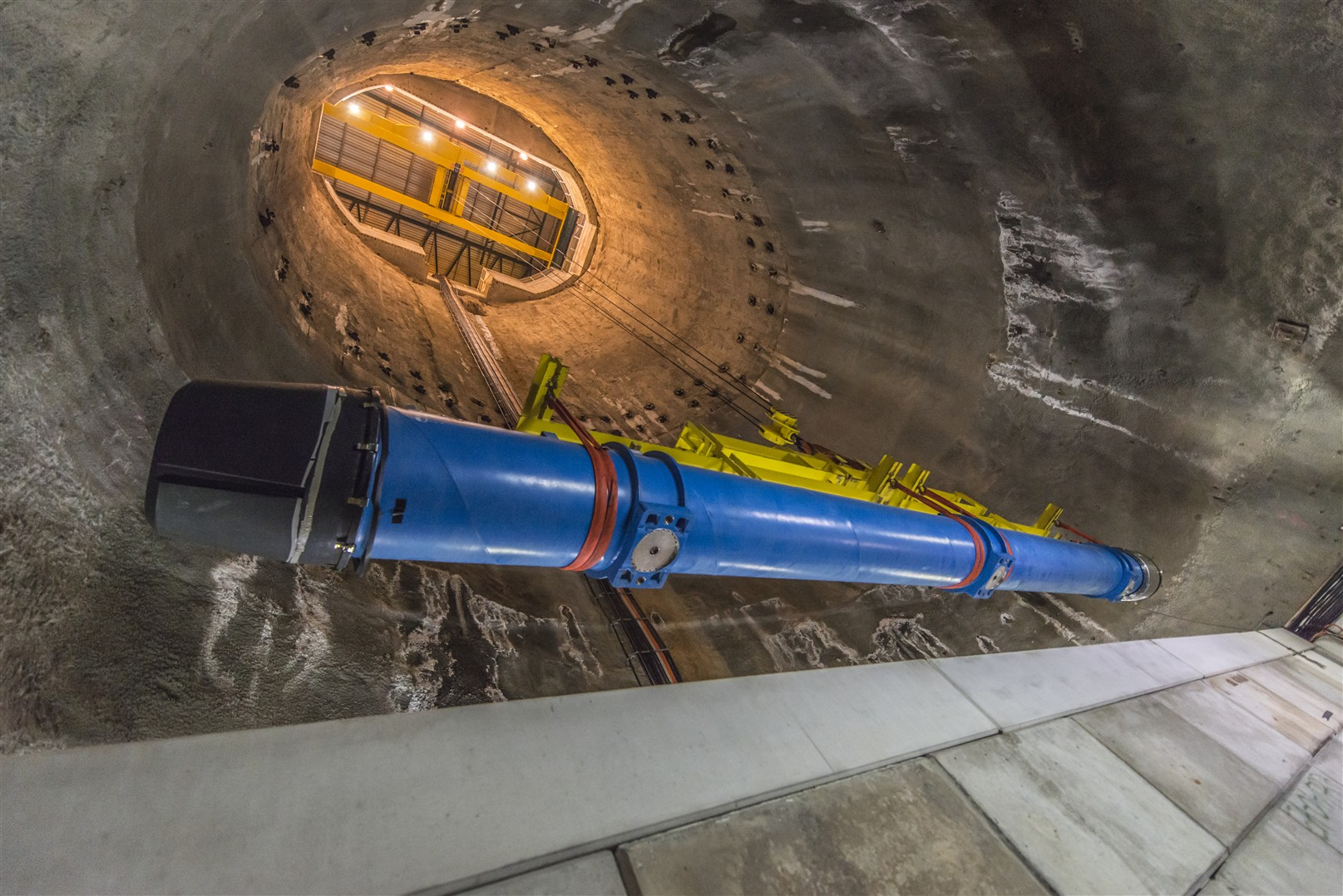 Zamjena jednog od LHC-ovih dipolnih magneta (Slika: Maximilien Brice / CERN)