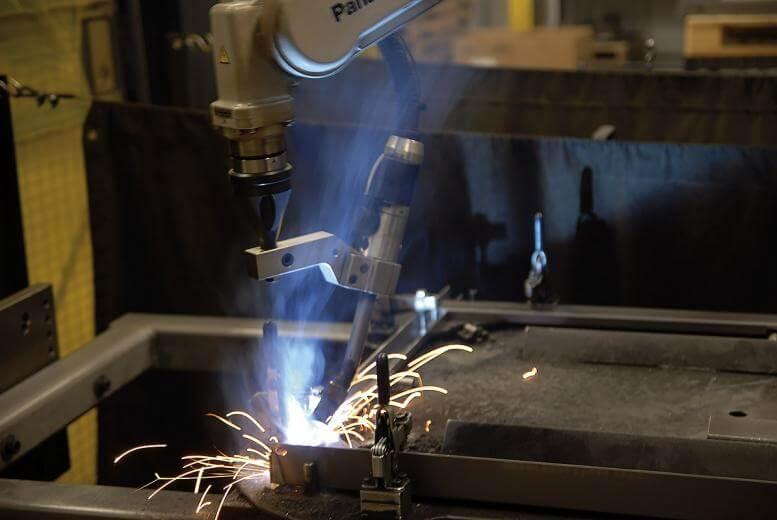 Inženjeri robotike zapošljavaju se u automatizirane proizvodne procese, te u tom procesu postaju vješti u definiranju novih, više usredotočenih aplikacija koje su potrebne za te operacije. Izvor: Miller Electric Mfg.
