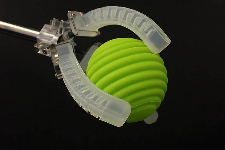 Roboti obloženi plastikom ili gumom mogu podnijeti stres stalnog kretanja, a također i smanjiti rizik za radnike koji dođu u slučajni kontakt s njima.