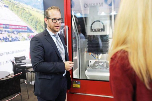 """Simon Eickholt, direktor tvrtke Kern Mikrotechnik, susreće se s stručnjacima iz industrije alata, uzoraka i kalupa u tvrtki Molding Expo: """"Kontakti koje ovdje generiramo su prve klase."""""""