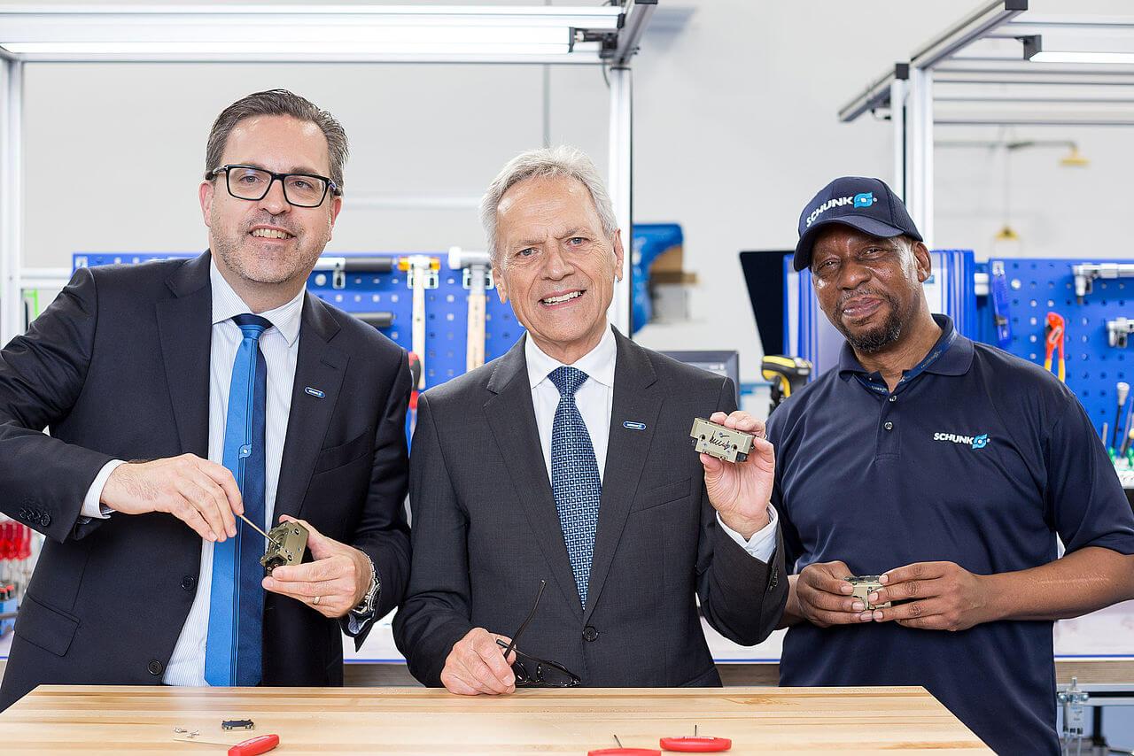 Glavni rukovoditelj Heinz-Dieter Schunk i njegov sin Henrik A. Schunk, glavni izvršni direktor (lijevo) sastavljaju prvu SCHUNK-ovu hvataljku u novom pogonu SCHUNK-a u Sjevernoj Karolini. Također prisutni: Herbert Bass (desno), koji već više od 20 godina radi za SCHUNK Intec USA.