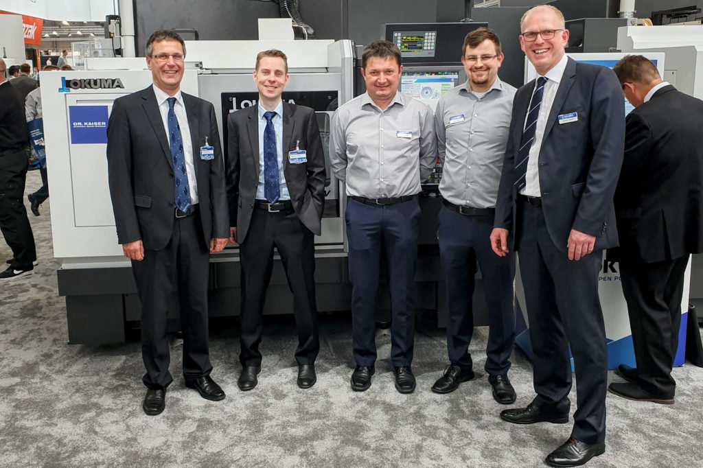From left to right: Dr. Dirk Hessel, Stephan Grote, Heiko Klinkhammer, Dorian Wilger and Andreas Lemaire in front of the Okuma GP25W x65 equipped with the Dr. Kaiser dressing system.